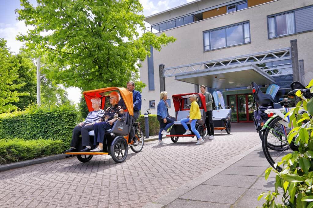 riksja transportfiets Chat Van Raam bij verzorgingshuis